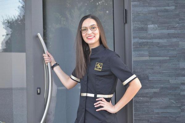 Esthéticienne avec blouse Fanny Gambin entree de l'institut de beaute