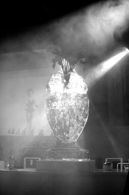 Geburtstagsparty. Vase mit zwei Widderköpfen( Sternzeichen)