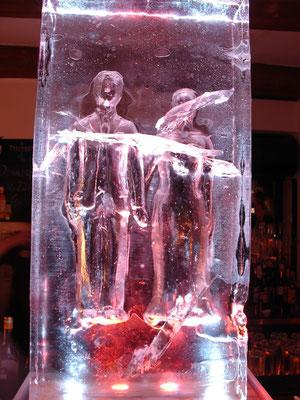 Hochzeitsgeschenk. Die Figuren wurden modelliert und anschliessend in der Negativform ins Eis übertragen