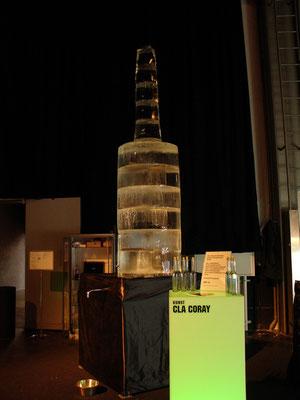 Trendboulevart Zürich. 2006. Flasche aus Eis. Schmelzwasser wurde in kleine optisch identische kleinere Flaschen abgefüllt.