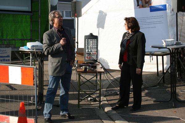 Volkmar Klünder und Ute Thumm präsentieren die Geschichte der DSL-Initiative