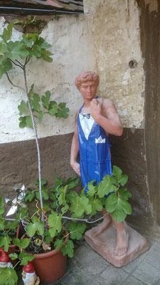 Auch ein Adonis (Dürrenbüchigerstr.) hat einmal Küchendienst