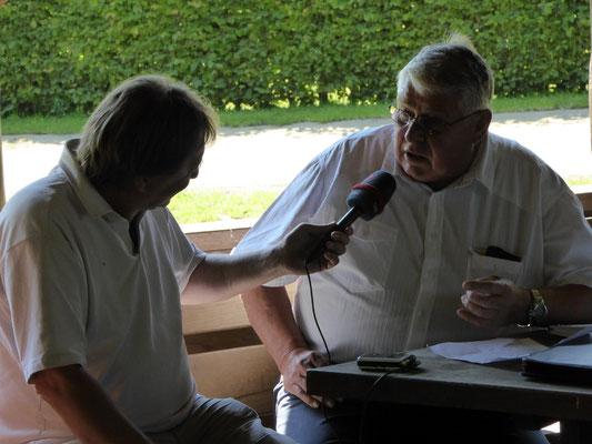 Moderator Jürgen Essig interviewt Ortsvorsteher Wolfgang Six