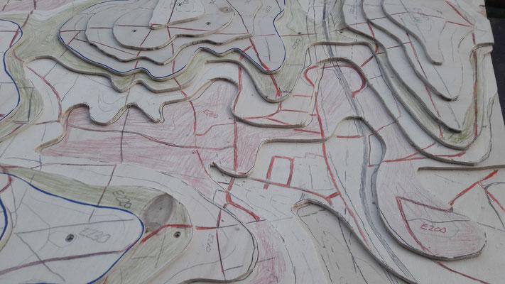 Das Geländeprofil nach dem Modellieren mit Sperrholz. Lage des Dorfes. Ansicht von Osten