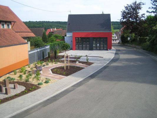 Das neue Feuerwehrhaus mit kleinem Dorfplatz