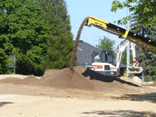07.05.2020 Der alte Mutterboden wir gereinigt, mit Sand vermischt und neu aufgebracht