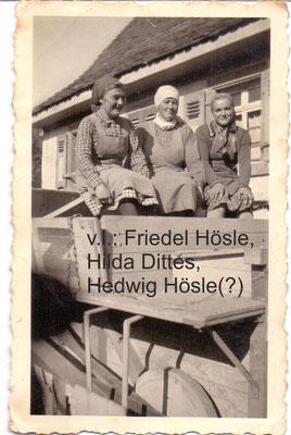 Dreschmaschine vor dem Haus Eissler Dürrenbüchiger Str. 36