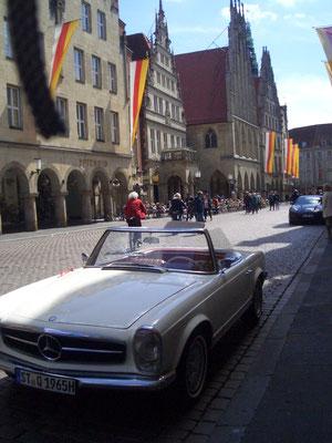 Schöner Wagen vor interessantem Hintergrund