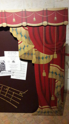 1er ét. suite - Rideau peint sur carton, collé en relief