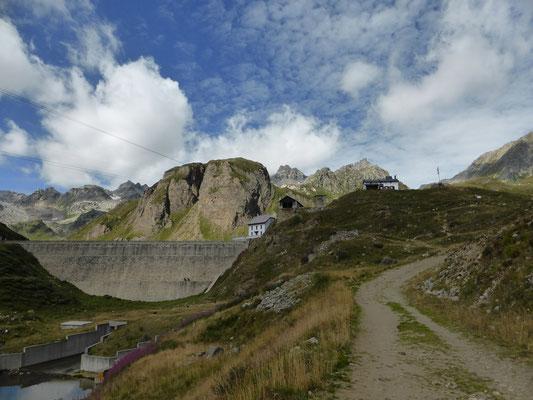 Staumauer Lago Vannino mit Rifugio Margaroli