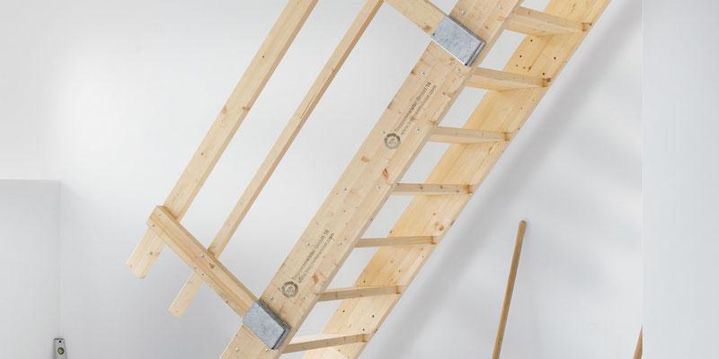 Bucher Treppen - moderne Treppenherstellung mit Präzision - Baustellentreppe aus Holz. Detail Anstieg mit Geländer.
