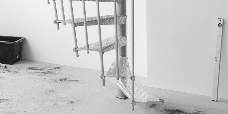 Bucher Treppen - moderne Treppenherstellung mit Präzision - Baustellentreppe aus Metall. Detail Boden.