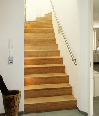 Bucher Treppen - moderne Holzstufen für Betontreppen. Massive Holzstufen auf Beton, Treppenherstellung mit Präzision: CAD gestützt - 50 Jahre Erfahrung - Look wie eine Faltwerktreppe
