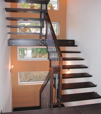 VIVA Treppe von Bucher Treppen - Holztreppe in dunklem Farbton