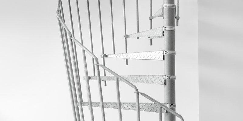 Bucher Treppen - moderne Treppenherstellung mit Präzision - Baustellentreppe aus Metall. Detail Aufstieg.