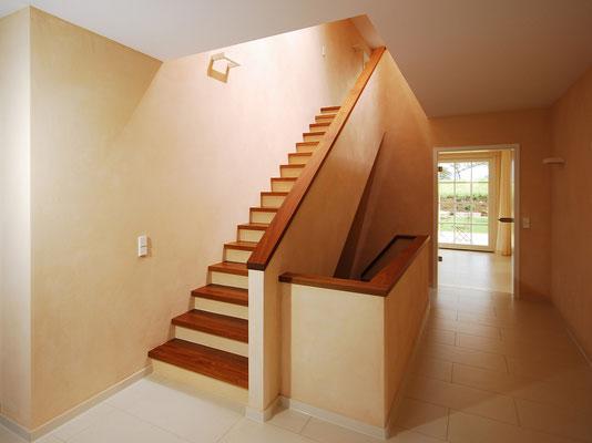Bucher Treppen - moderne Holzstufen für Betontreppen. Massive Holzstufen auf Beton, Treppenherstellung mit Präzision: CAD gestützt - 50 Jahre Erfahrung - nur Holzstufen / Trittstufen auf Beton in rötlich warmen Ton
