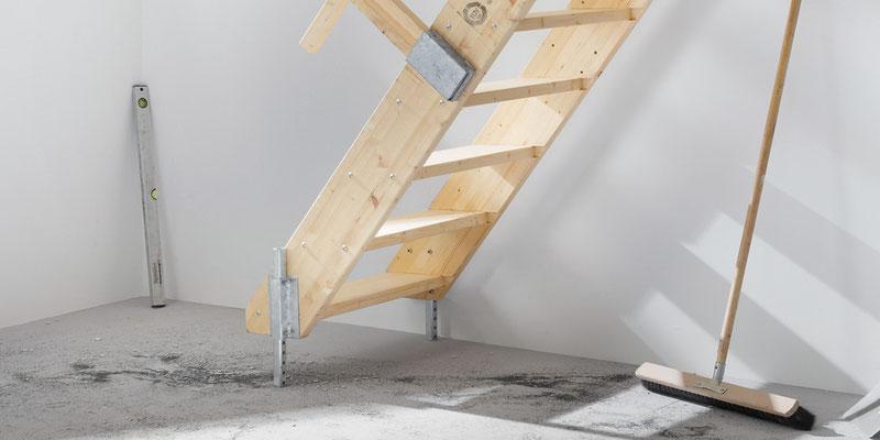 Bucher Treppen - moderne Treppenherstellung mit Präzision - Baustellentreppe aus Holz. Detail am Boden