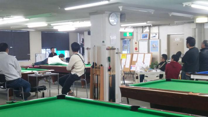 松島さんと福本さんの準決勝を熱心に観戦するみんな