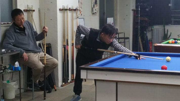 ハウスの後、スリークッション対決をする立木さんと辻さん