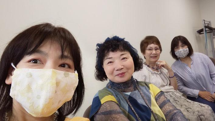 手作りマスクをくださったパメラさん(左2)