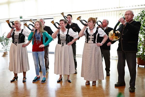 Jagdhornbläser spielen Ehrenfanfare