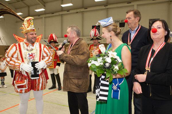 Jollo Schmitz begrüßt das Prinzenpaar im Namen des gesamten DSC 99