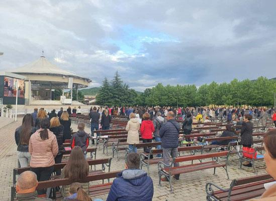 Pilger beim Corona-Rosenkranzgebet am 15. Mai 2021 vor dem Außen-Altar (Vesna & Ante)
