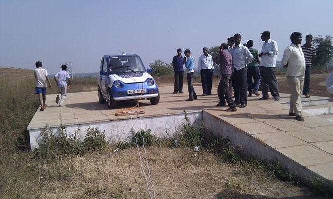 WAVE INDIA 2011, mit Louis Palmer und 3 anderen Teams aus der Schweiz. Irgendwo zwischen Pune und Hyderabad beim Ladehalt. Die zwei Drähte zum Laden hat der lokale Elektriker direkt an der Freileitung abgezapft….