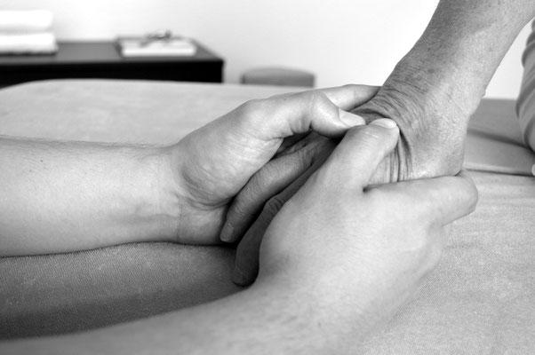 Osteopathische Technik: Palpation Handrücken, www.osteopathie-lehrmann.de