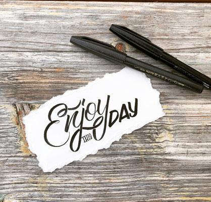Simply-NeW-Art-Nelly-Wüthrich-Kehrli-Handlettering-Brushlettering-Faux-Calligraphy-Lettering-Kinder-Workshop-Bern-Brienz-Thun-Gwatt-Wichtrach-Enjoy-this-Day