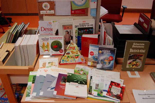 Büchertisch zum Thema Gesundheit im JPRS-Medienzentrum