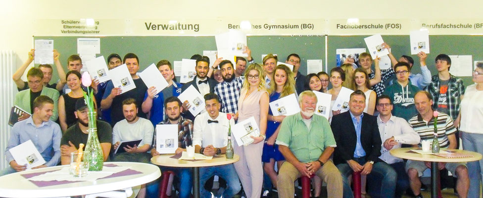Absolventen mit Zeugnissen, Lehrer, JPRS-Schulleiterin Jutta Tschakert