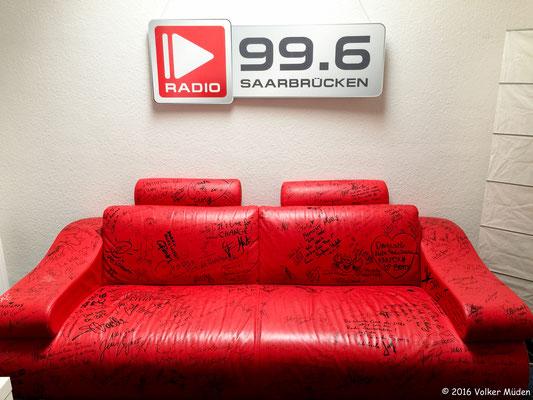 Blog, Radio Saarbrücken, Sofa rot mit Werbung