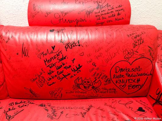 Blog, Radio Saarbrücken, rotes Sofa mit Unterschriften