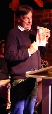 Juror und Verleger Hans Weingartz stellt den Autor Rolf Polander sowie die Anthologie »Die besten Kugel-Schreiber« vor