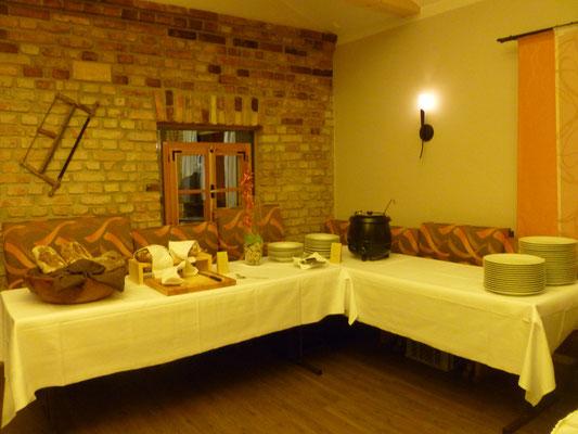 Buffet zur späten Stunde mit Gulaschsuppe und Brot