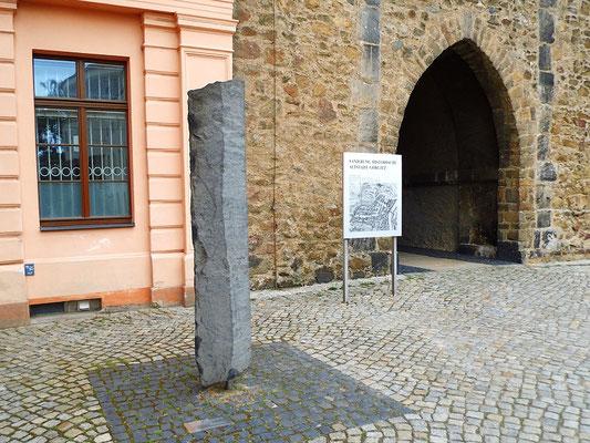 30 Millionen Jahre alte Basaltsäule aus dem Umland Platz des 17. Juni vor dem Humboldthaus des Senckenberg Museums für Naturkunde