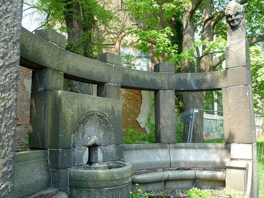 Raupach-Brunnen Zittauerstr. vor der ehemaligen Raupachfabrik (Kema) seit Jahrzehnten außer Betrieb