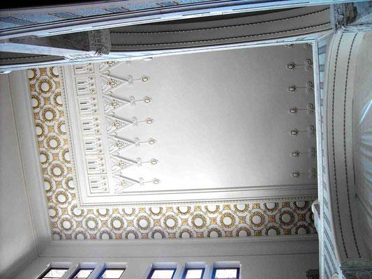 Gesamtansicht Treppenhaus nach Restaurierung der Stuckdecke im 2.OG