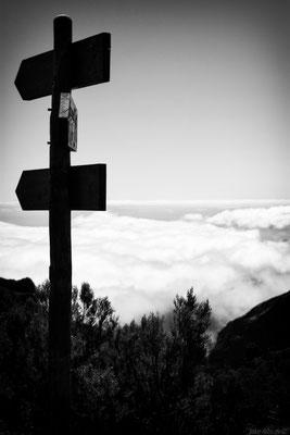 Wolken und der Wegweiser