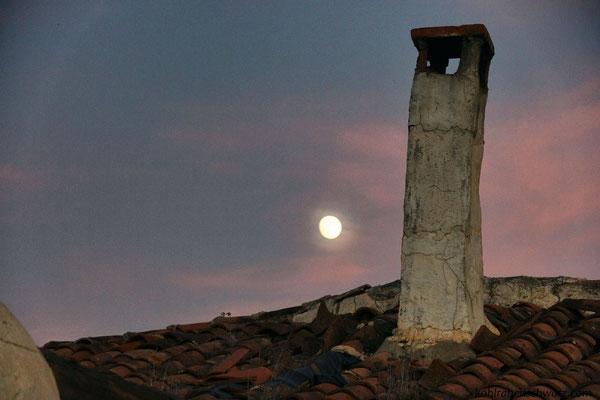 Der Mond über dem Dach