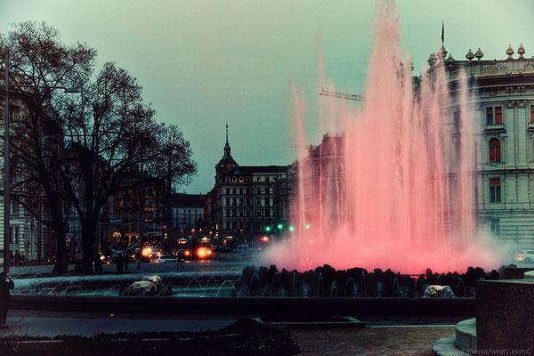 Schwarzenbergplatz mit beleuchtetem Brunnen