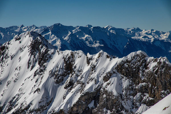 Ausblick über die winterliche Alpenlandschaft