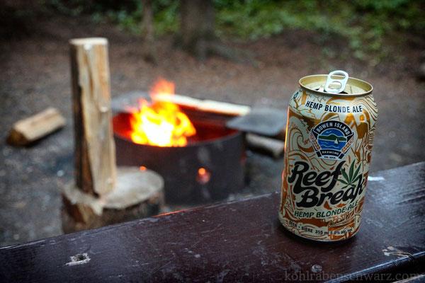 Bier am Lagerfeuer auf dem Johnston Canyon CG