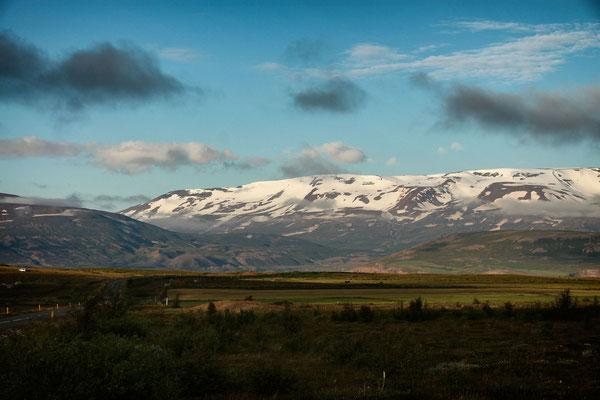 schneebedeckte Berge am Eyjarfjördur