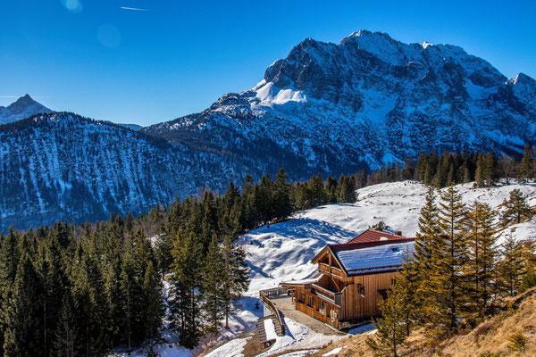 Das Kranzberghaus vor dem imposanten Wettersteingebirge