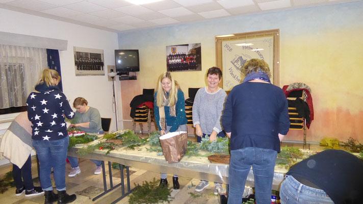 Junge LandFrauen Tübingen beim Herstellen von Weihnachtsschmuck