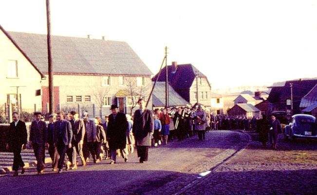Prozession von der Baracke zur Kirche