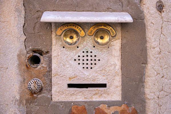 Ein Gesicht - ein Brifkasten