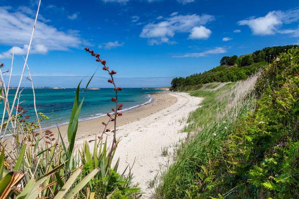 Auf einem atemberaubenden Wanderweg lässt sich  die Insel in ca. 2-3 Stunden zu Fuss umrunden.